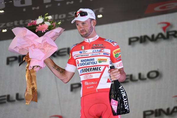 Sul podio del Giro d'Italia, dopo una corsa rosa all'attacco a ricevere gli applausi del pubblico, ha brindato anche Marco Frapporti, il re delle fughe.